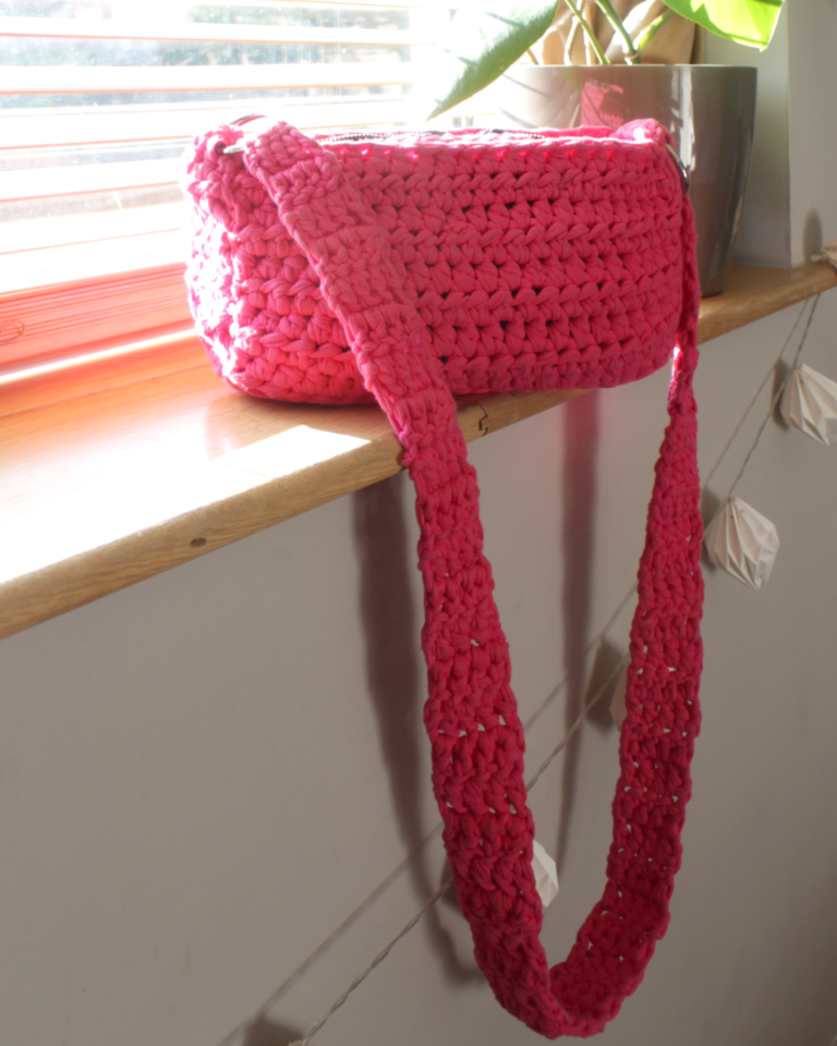 Easy To Make T-Shirt Yarn Crochet Shoulder Bag With Zip