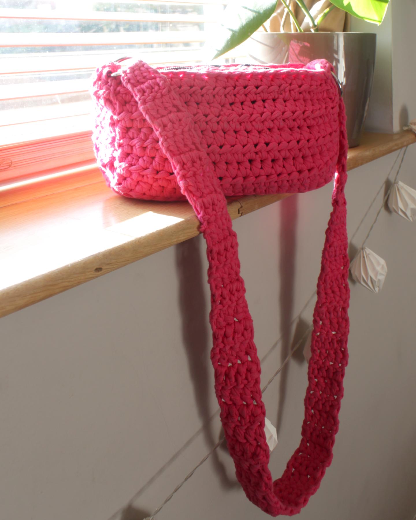 Easy To Make T-Shirt Yarn Crochet Shoulder Bag With Zip